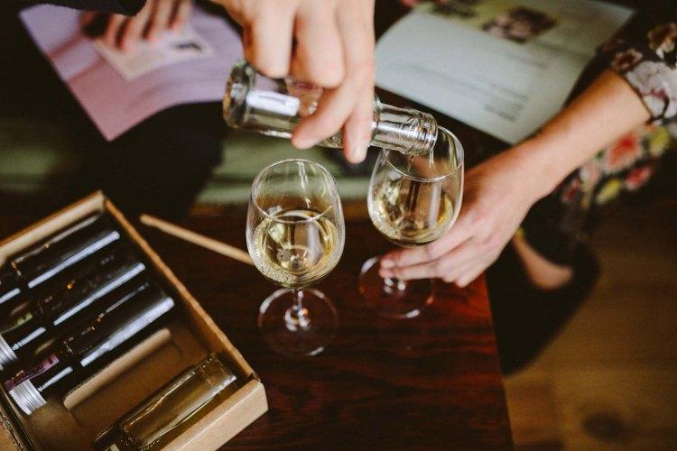 wijn schenken proeverij kleine flesjes